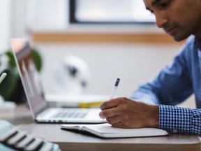 Un usuario realizando labores de contabilidad con eHabilis University